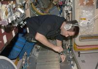 TVISの内部を点検するシャミトフ宇宙飛行士(提供:NASA)
