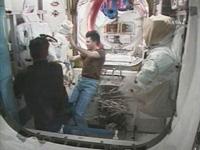 オーラン宇宙服に取り付けるカメラやライトなどの機器を米国の宇宙服から取り外すコノネンコ(右)、シャミトフ(左)両宇宙飛行士 (提供:NASA)